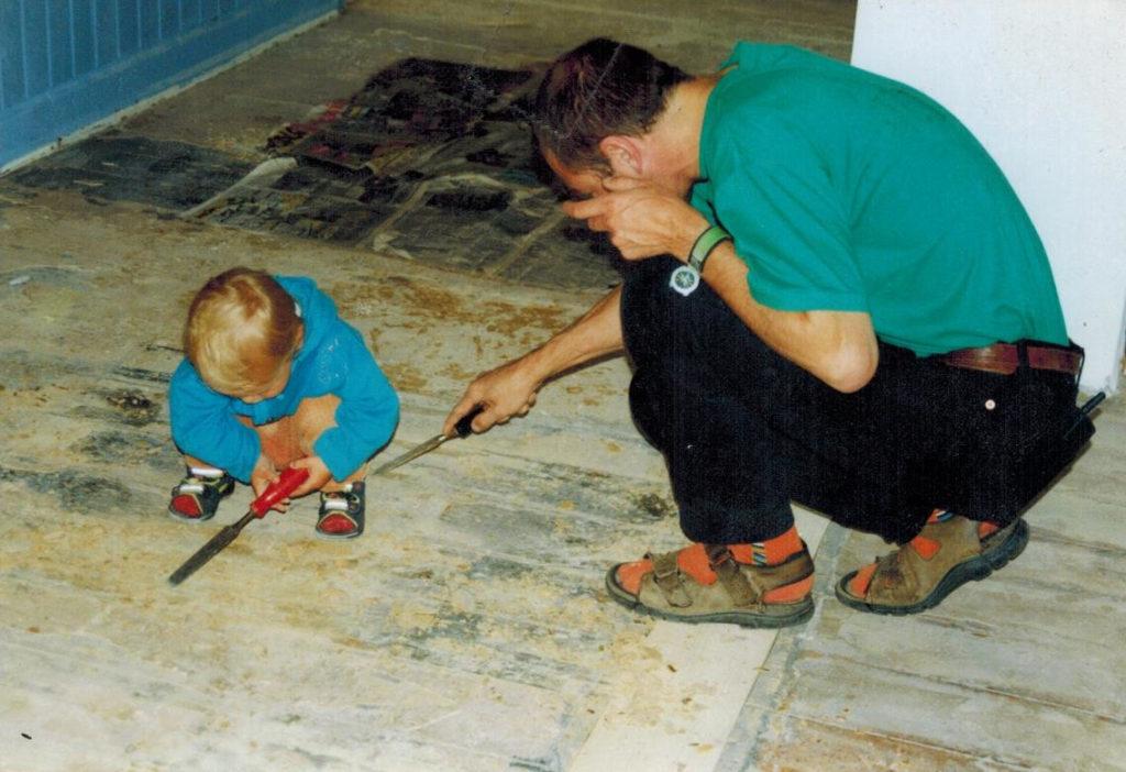 far og søn sætter kursuscenter i stand helt alene