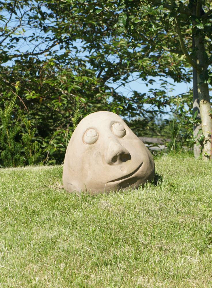 Mediterende sten i haven på stenstruplund